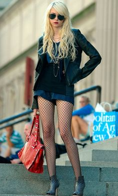 Jenny Humphrey (Taylor Momsen) Wearing Her Trademark Ray Ban Aviator Sunglasses, 2009 Taylor Michel Momsen, Black Tights, Croquis, Gossip Girl Fashion, Gossip Girl Outfits, Taylor Momsen Gossip Girl, Taylor Momsen Style, Pretty Reckless, Fashion Edgy