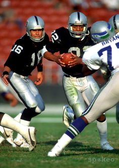 Los Angeles Raiders running back Marcus Allen in action against the Seattle Seahawks at the Los Angeles Coliseum. Oakland Raiders Football, Nfl Football, American Football, Football Players, Football Helmets, Best Running Backs, Raiders Players, Raiders Stuff, Raiders Baby