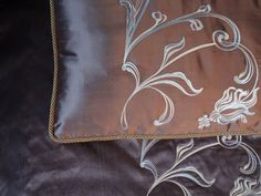 Декоративные подушки из шелка свышивкой