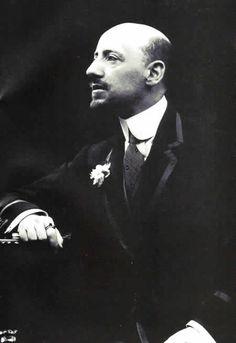 Gabriele d'Annunzio- uno dei maggiori esponenti del DECADENTISMO, (movimento letterario nato in Francia) dove si risalta la bellezza e si ha un concetto di vita come opera d'arte.