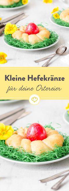 Kein Ostern ohne Hefegebäck und bunte Eier! Frisch aus dem Backofen und lauwarm schmecken die goldbraunen Kränze zum Frühstück am besten und bieten deinen Ostereiern ein hübsches Versteck.