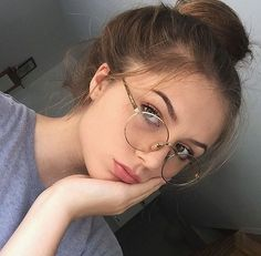 Pin by llammaaa on allison margaret is kind of a lesbian fotos lentes, foto Glasses Outfit, Fashion Eye Glasses, Cute Glasses, Girls With Glasses, Lunette Style, Western Girl, Stylish Sunglasses, Women's Sunglasses, Selfie Poses