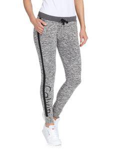 Siistit collegehousut sopivat mainiosti sporttisen rentoon tyyliin. Calvin Klein Jeansin housuissa on somisteraita lahkeen sivussa sekä logoteksti lahkeessa. Vyötäröllä on joustava resori sekä kiristysnauha. Sivuilla on taskut ja takana valetasku.