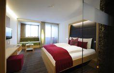 Zimmer Bergblick #ritzenhof #ritzensee #saalfelden #zimmer #architektur Wellness Hotel Salzburg, Haus Am See, Hotel Spa, Bed, Furniture, Home Decor, Double Room, Morning Sun, Architecture