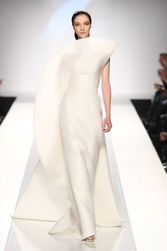 Sculptural Fashion - elegant white dress with strong architectural lines, geometric shapes & 3D silhouette // Fausto Sarli