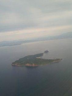 東京から飛行機で帰福する際に上空から撮った島の写真ですが  この小島が何という島なのか気になっていたので調べてみたところ海と人が交わる癒しの島相島あいのしまという島で福岡県糟屋郡新宮町に属し謎を秘めた古墳時代5世紀頃の積石塚群豊臣秀吉朝鮮出兵の際に安全を祈って兵士が1人1つずつ積み上げた太閤潮井の石江戸時代の朝鮮通信使の波止場未来に残したい漁業漁村の歴史文化財産百選等々歴史とロマンあふれる島だそうです  これまで何度となく飛行機に乗って福岡上空から島を見てきましたが相島あいのしまを初めて知りましたパワースポット的な神社が多く新宮漁港から船で約17分で行けるそうなのでもう少し涼しくなったら運動を兼ねて島の探索に行ってみたいと思います()v  http://ift.tt/2b7LhfP tags[福岡県]