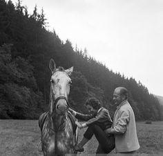 0 Curd Jurgens helping  Simone Bicheron to ride a horse