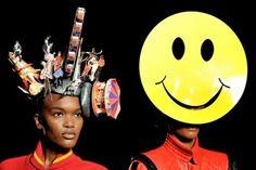 Schon mal einen Zirkusplatz auf dem Kopf getragen? Die Hüte von Philip Treacey für die Frühlings- und Sommerkollektion 2013 sind nur etwas für mutige Köpfe. Der Ire präsentierte seine extravaganten Kreationen auf der London Fashion Week und die Stars lieben sie!