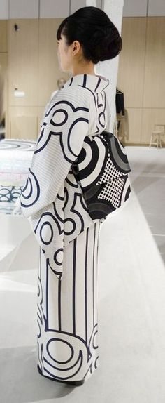 Graphic Obi - Kimono by designer-artist Hiroko Takahashi Japan Japanese Outfits, Japanese Fashion, Japanese Clothing, Mode Chic, Mode Style, Look Kimono, Furisode Kimono, Modern Kimono, Turning Japanese