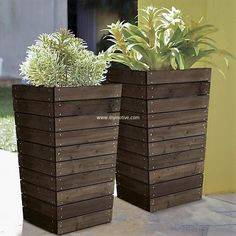 These planters placed elegantly by your front door will seriously make you so happy every time you walk by! The planter is ideal for small corners, corridors or windows, also it is very portable and can be placed anywhere you like. This can be cheaply created from the pallet wood to form a structure as presented in below DIY project. #pallets #woodpallet #palletfurniture #palletproject #palletideas #recycle #recycledpallet #reclaimed #repurposed #reused #restore #upcycle #diy #palletart