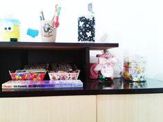 Onde organizo canetas, tesouras, estiletes, furadores, etc.