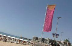 Una muy buena iniciativa en #Alicante, una bandera que informa de la radiación solar.   Las banderas son de tres colores distintos: la blanca indica que no existe problema y, por lo tanto, existe un riesgo solar moderado; la magenta, el riesgo es alto y la morada el riesgo es extremo, por lo tanto hay que cubrirse con una crema solar de alta protección.  ¡Vámonos en #AVE a Alicante! Por ejemplo, con salida desde Zaragoza: http://www.reservalis.com/trenes/ave/zaragoza-alicante