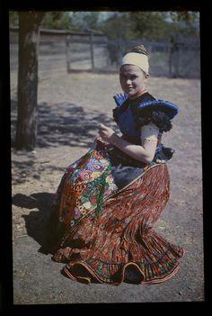 Matyó hímző asszony Hungary, 1928 Fotó: Gönyei Sándor (Forrás: Néprajzi Múzeum) Folk Costume, Costume Dress, Costumes, People Of The World, Fashion History, Traditional Dresses, The Past, Folk Clothing, Hipster