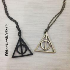 Colar Relíquias da Morte - Harry Potter  https://www.elo7.com.br/colar-reliquias-da-morte-harry-potter/dp/92D2D5
