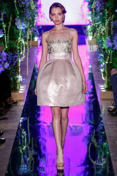 有中國「第一高訂」之稱的設計師郭培(Guo Pei) 昨晚舉行時裝騷,獲得莫文蔚親身助陣,身穿「花仙...
