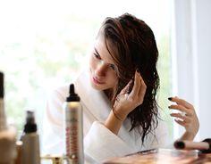 2. Saçlarınızı kurutmadan önce, hem ısıtıcının hem de sert kış aylarının yıpratıcı etkisinden korunmak için ısıya karşı koruma yaratacak saç spreyi kullanın.  2. Apply heat protect spray from a safe distance to protect the hair against heat damage without weighing it down.
