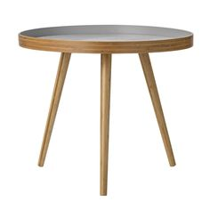 Kulatý dřevěný stolek na třech nohách s šedou deskou.