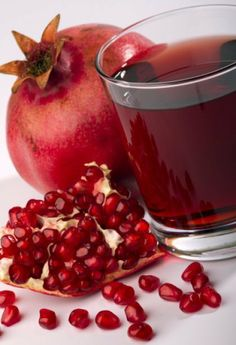 Pomegranate seeds have been found to be effective against Candida albicans and help to naturally restore digestive health. Honey Recipes, Healthy Recipes, Recipe Using Honey, Sumo Natural, Candida Yeast Infection, Juicing Benefits, Health Benefits, Pomegranate Juice, Christmas Drinks