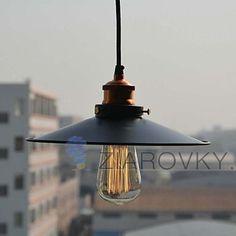Historické závesné svietidlo s čiernym tienidlom na žiarovky typu E27 je svietidlo určené na stenu v rustikálnom vzhľade. Svietidlo je vhodné do obývacej izby, kuchyne, jedálne, spálne, reštaurácie a pod. Svietidlo je v rustikálnom vzhľade a je vhodné ako dekorácia do každej domácnosti. Závesné svietidlo je zárukou obdivu vašej domácnosti alebo chalupy, reštaurácie a pod. Toto historické svietidlo sa nesie v starodávnom duchu a zaručí obdiv vo Vašej domácnosti