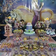 E vamos iniciar as postagens de mais uma festa linda produzida pela querida Monalisa do blog @festejandoemcasaoficial. Tudo simplesmente lindo para sua princesinha Sophie! #FestaRapunzel #Enrolados #FestaDeMenina #Princesas #Caruaru Peças @locglam Bolo, pirulitos, cupcakes e maçãs @glaceeafeto Doces @anafulana @glaceeafeto Biscoitos @atelie_amordebiscoito Painel em lona @printgraff