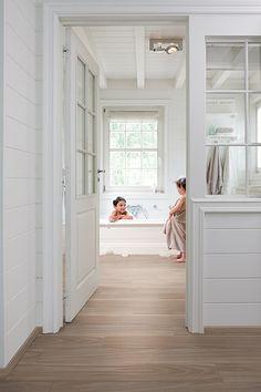 Pvc vloeren van Quick-Step uit de lijn Livyn zijn 100% waterdicht en dus geschikt voor de badkamer. De vloeren zijn renovatievriendelijk, d.w.z. dat je ze over een bestaande vloer heen kunt leggen. Notelaar grijs, LHD