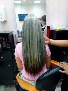 Elvy - 3 years dye free - transition to gray hair - canas