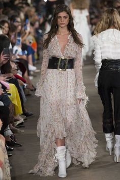 See all the Collection photos from Philosophy Di Lorenzo Serafini Spring/Summer 2017 Ready-To-Wear now on British Vogue Fashion 2017, Runway Fashion, Fashion Models, Fashion Show, Fashion Design, Style Couture, Couture Mode, Couture Fashion, London Fashion Weeks