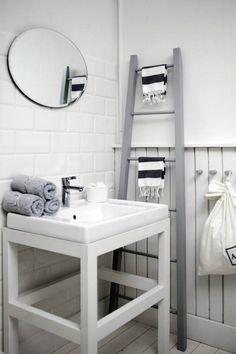 déco scandinave salle de bains et porte-serviettes en chelle grise