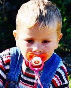 Un copil de doi ani şi trei luni, din comuna bihoreană Brusturi, a dispărut luni de acasă, unde mama îl lăsase în grija unei surori mai mici, fiind căutat de poliţişti.