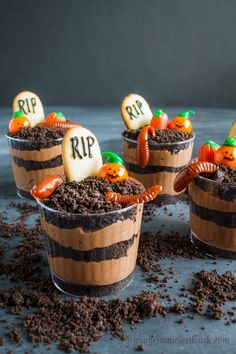 Graveyard Pudding Cookie Cups with gummy worms and candy pumpkins! Super easy and perfect for any Halloween Party! desserts dirt and worms Graveyard Pudding Cookie Cups Hallowen Food, Halloween Dinner, Halloween Goodies, Halloween Desserts, Halloween Food For Party, Halloween Treats, Halloween Decorations, Healthy Halloween, Outdoor Halloween