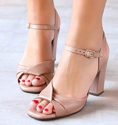 Chie Mihara shoes, sandals, blocs and boots. Buy now original, feminine footwear. Designer shoes of maximum comfort! Pretty Shoes, Beautiful Shoes, Cute Shoes, Me Too Shoes, Basson, Leather Sandals, Shoes Sandals, Only Shoes, Shoe Collection