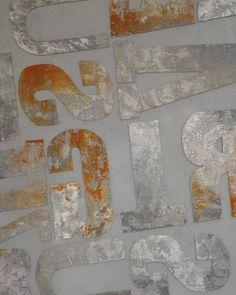 Трафарет сделан из фактурной декоративной штукатурки Decorazza и расколерован красками Fiora