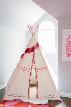 This DIY painted teepee for kids is customized with craft paint and pom-pom trim! Such a simple way to decorate a plain canvas teepee or kids play tent. Diy Kids Teepee, Kids Tents, Teepee Tent, Teepees, Diy Tipi, Decor Crafts, Diy And Crafts, Diy For Kids, Crafts For Kids