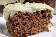 Een heerlijke voorjaarstaart, zeker met Pasen, is een worteltjestaart. Gezoet met banaan en rozijnen in plaats van suiker, geen twijfelachtige zonnebloemolie en uiteraard, zonder gluten! Dit is een vrij groot recept, maar je kan hier bijvoorbeeld een flinke hoeveelheid cupcakes van maken. De taart blijft heerlijk smeuïg en zacht, tot wel een week na het maken.Carrot Cake …