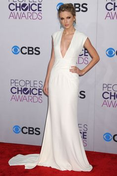 Taylor Swift looked white hot at the Peoples Choice awards last night. We can't get enough of this floor length Ralph Lauren gown!