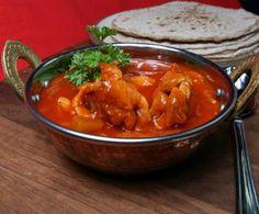 Non si può parlare di cucina indiana senza citare una delle ricette più famose, ovvero quella del pollo Tikka Masala, conosciuta da noi e rinomata per non essere eccessivamente piccante pur conservando tutto il tipico sapore dei piatti indiani.