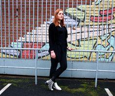 Redakteurin Kristina peppt ihr schwarzes Outfit mit angesagten Snake-Print-Boots auf.
