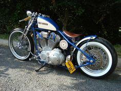 As motos customizadas em estilo Bobber, têm muitas de suas partes retiradas e são pintadas com cores e grafismos que remetem à década de 40/50. #harleydavidsoncaferacer