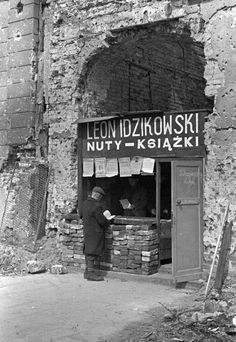 Bookstore in the ruined by Warsaw Photo: Karol Szczeciński - Poland - Warszawa (Warsaw), 1945 Poland Ww2, Germany Poland, Old Photos, Vintage Photos, Poland People, Old Street, Historical Images, Pictures Of People, World War Two