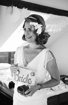 Bild Braut Vorbereitungen frisieren Frisur schminken glücklich hochzeitskleid brautkleid