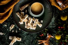 Křehké mandlové tyčinky Panna Cotta, Baking, Tableware, Ethnic Recipes, Christmas, Food, Xmas, Dulce De Leche, Dinnerware