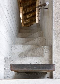 Weathered staircase in the Castelvecchio Museum in Verona, Italy, by Italian architect Carlo Scarpa. Carlo Scarpa, Spiral Staircase, Staircase Design, Staircase Handrail, Stair Design, Interior Stairs, Interior And Exterior, Interior Design, Architecture Design