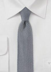 Corbata de color gris tejida con punto y en talla fina. Esta corbata ha sido confeccionada en seda, cortada y también cosida a mano.