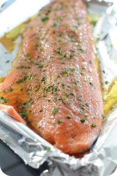 Whenever I come across whole salmon at my fishmonger, I buy it without hesitation! At home we just like it, that is to say just with a simple marinade and then bake it in order to keep it fluffy. Easy Cooking, Cooking Recipes, Healthy Recipes, Baked Salmon, Light Recipes, Quick Easy Meals, Food Inspiration, Carne, Main Dishes