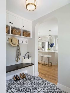 17 Design Inspirations for Mudrooms and Entryways 2019 Small Entryway Tile Floor Ideas (PC/Design: Anchor Builders) The post 17 Design Inspirations for Mudrooms and Entryways 2019 appeared first on Entryway Diy. Entryway Tile Floor, Entry Tile, Entryway Flooring, Entryway Decor, Kitchen Entryway Ideas, Small Mudroom Ideas, Open Entryway, Tiled Hallway, Small Entrance