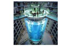 ベルリンのホテルにできた巨大水槽 | roomie(ルーミー)