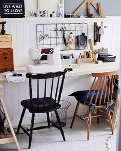 """Dziś pracownia zamknięta. Swoją drogą na fb krótki przegląd zmian w naszym M, za sprawą krótkiego """"wywiadu"""". Miałam pomysł na coś nowego, ale wybrałam leniuchowanie pod kocem z muzyką na uszach #anitasienudzi #poetykacodzienności #domowemigawki #pracuję_w_domu #pracownia #workspace#myhome #mystyle #sewing #sewingcorner#vintage#old#an_accessories #an"""