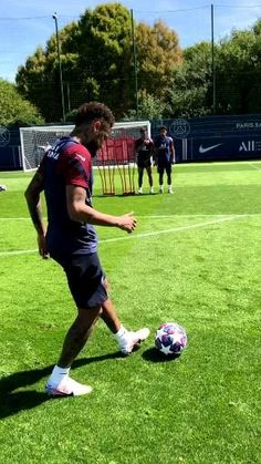 Football Player Messi, Messi Soccer, Best Football Players, Soccer Players, Cristiano Ronaldo Video, Ronaldo Videos, Cristano Ronaldo, Football Training Drills, Football Workouts
