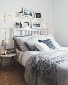 Gemütliches Schlafzimmer mit Lichterkette dekoriert.