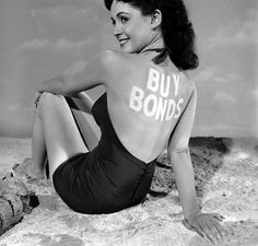 Cheesecake pin up model Susan Cabot, (aka Harriet Shapiro) posing on a 'beach' with 'Buy Bonds' written on her back. Young Movie, Piper Laurie, Yvonne De Carlo, Life Pictures, Hollywood Studios, Film Industry, Life Magazine, Pin Up Girls, Movie Stars